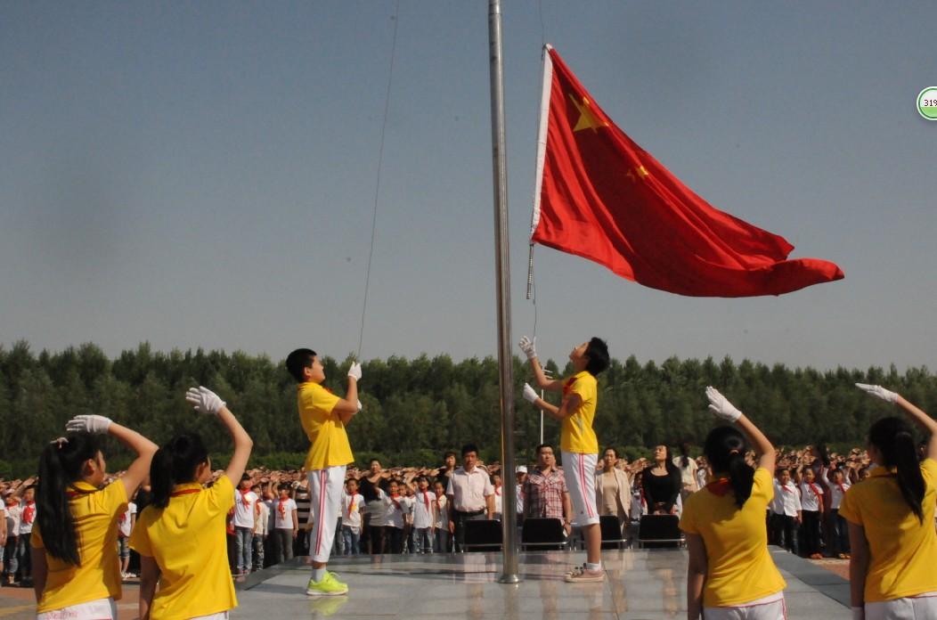 """抖擞地聚集在学校宽敞整洁操场上,举行了新学期""""庆六一""""主题升旗仪式图片"""