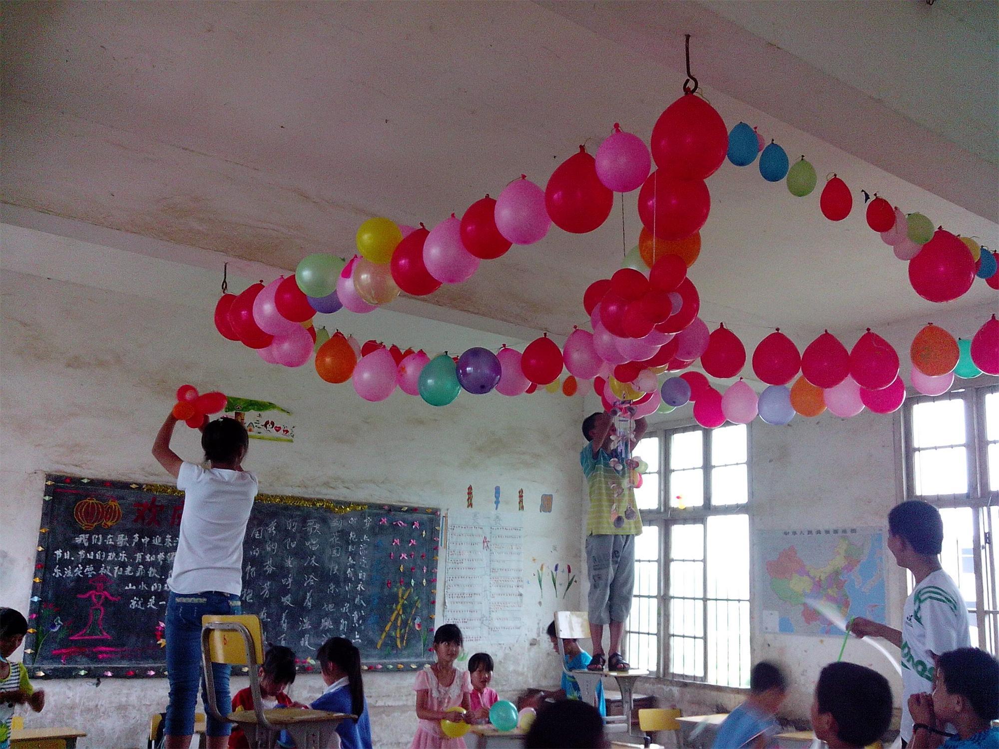 为庆祝六一,老师为学生布置教室图片