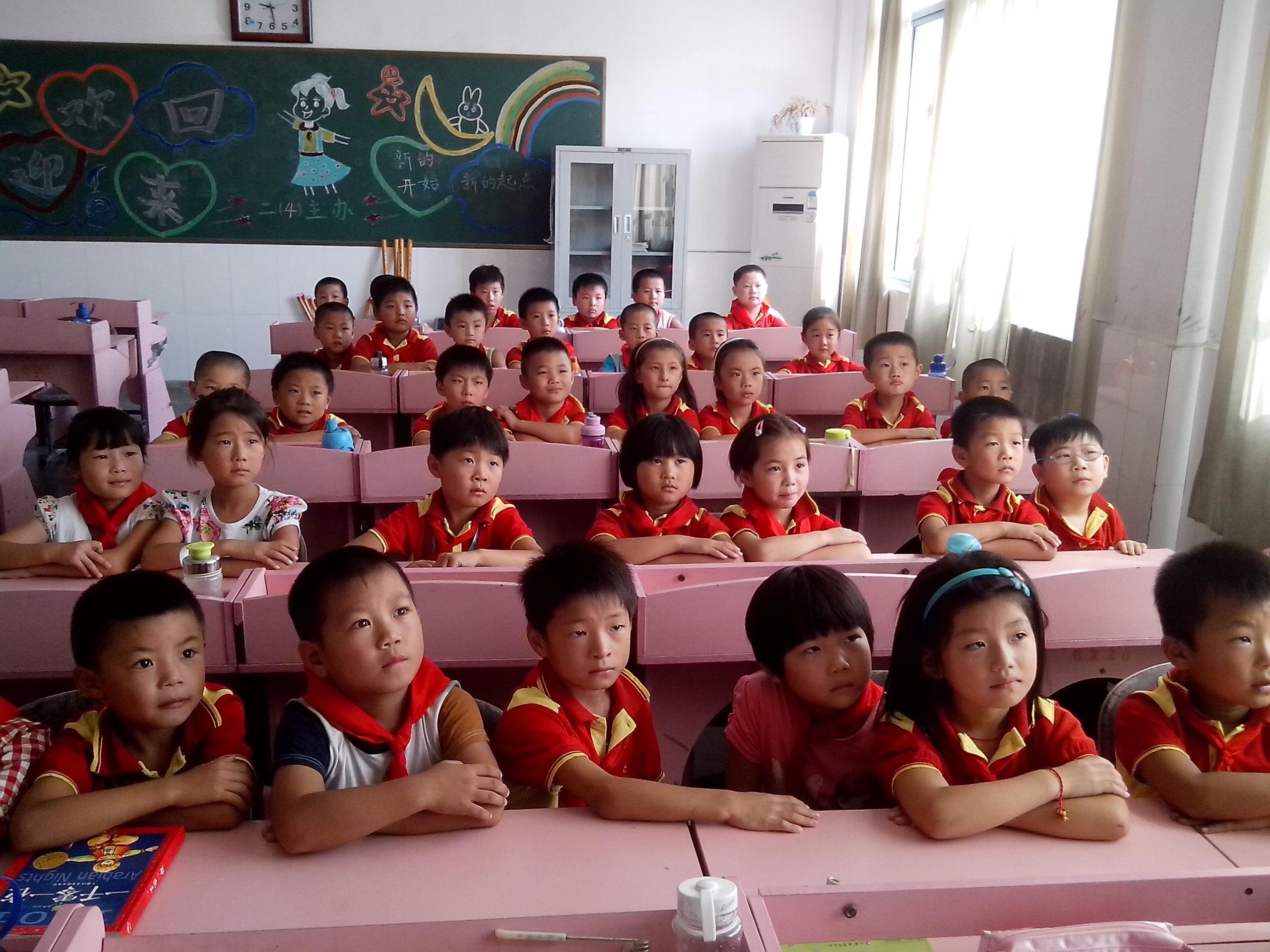 华杰双语学校少先队组织队员收看 开学第一课