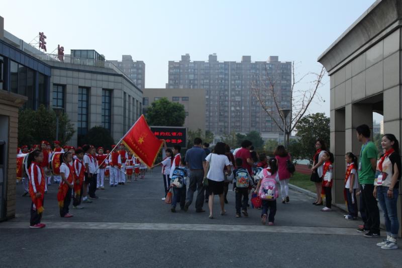 杭州市江干区东城小学请叫我的新名字:少先队清明节作文小学生的的300字图片