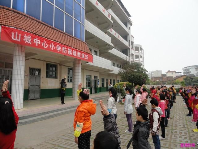 漳州市南靖县山城中心小学期初规范少先队礼仪图片