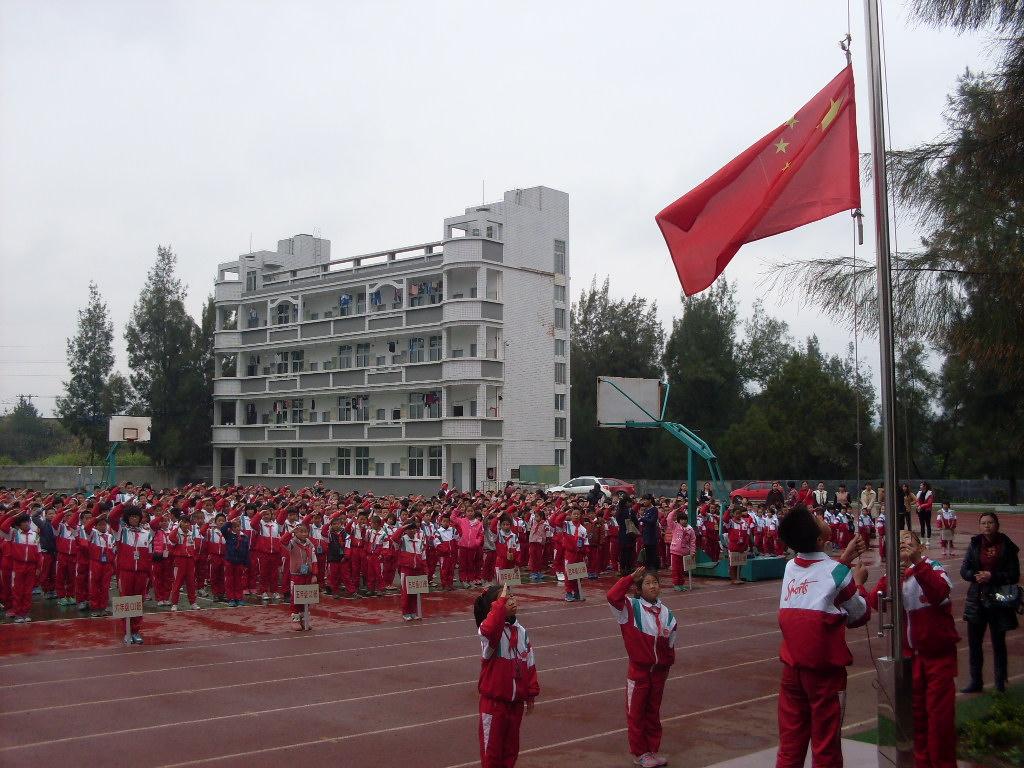 """龙钢学校举行""""学雷锋""""主题升旗仪式图片"""