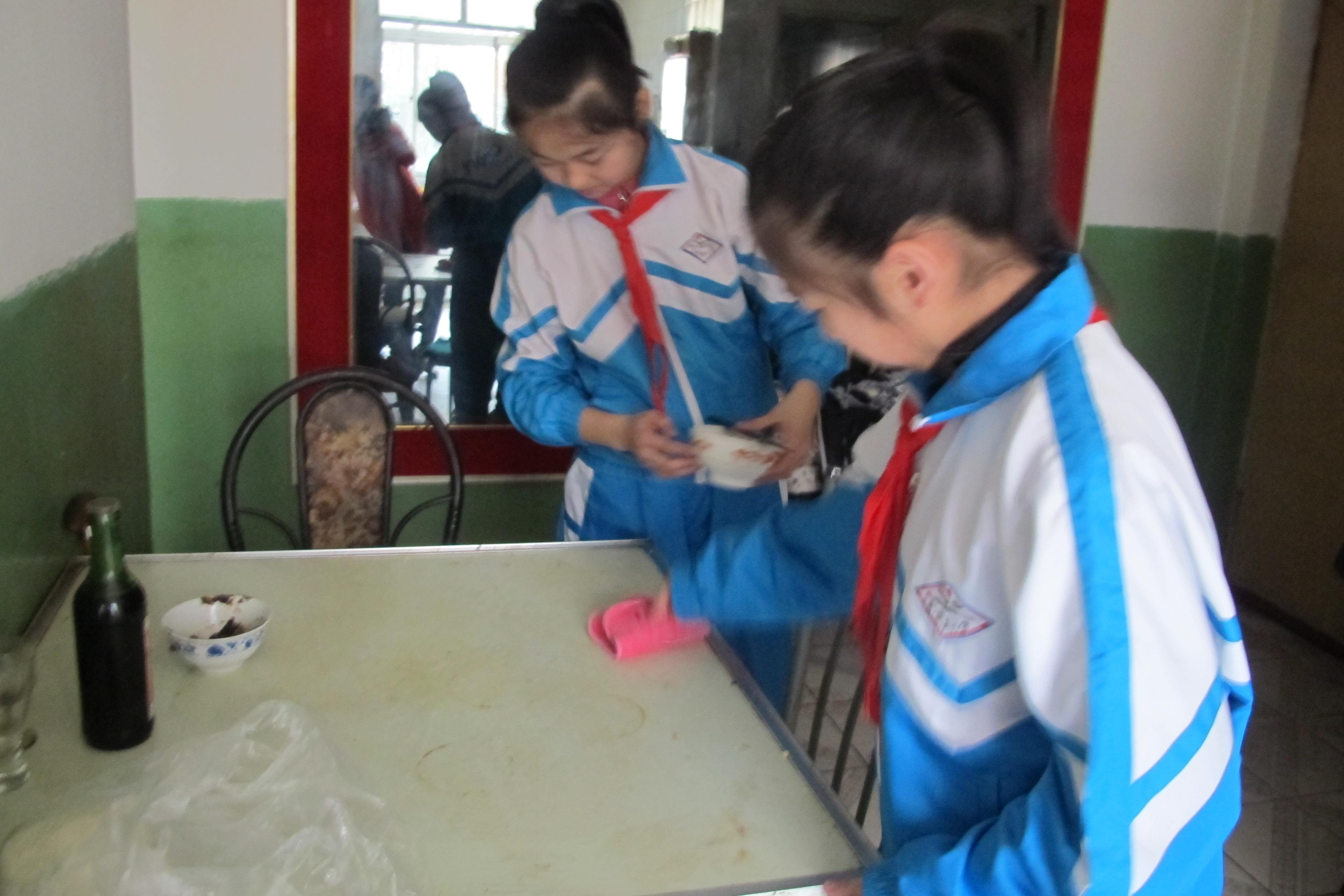 河北省秦皇岛市海港区先盛里小学的师生走进社区开展学雷锋活动