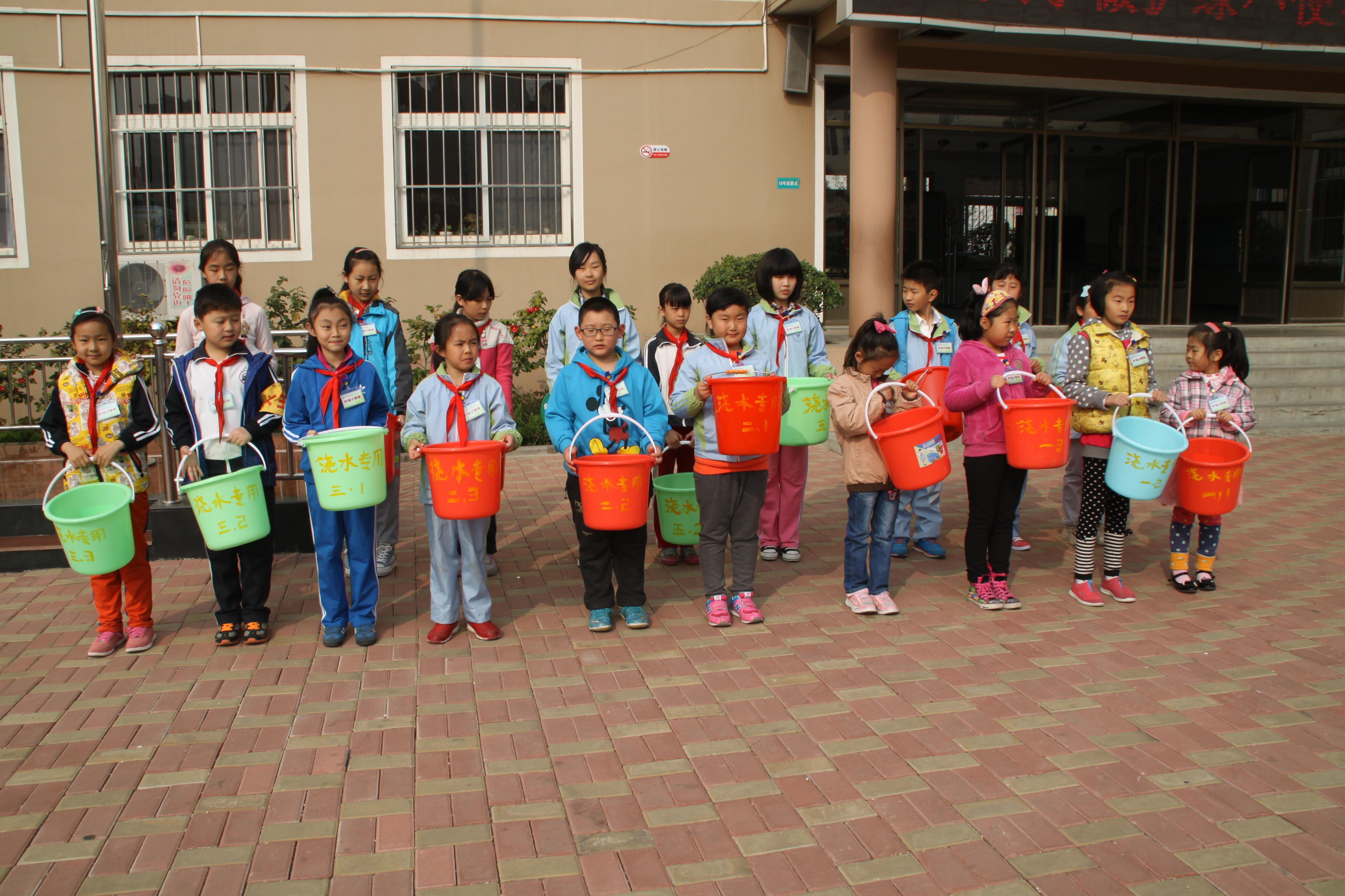 """青岛天山小学开展""""生态环境 分享绿色""""护绿活动启动仪式"""