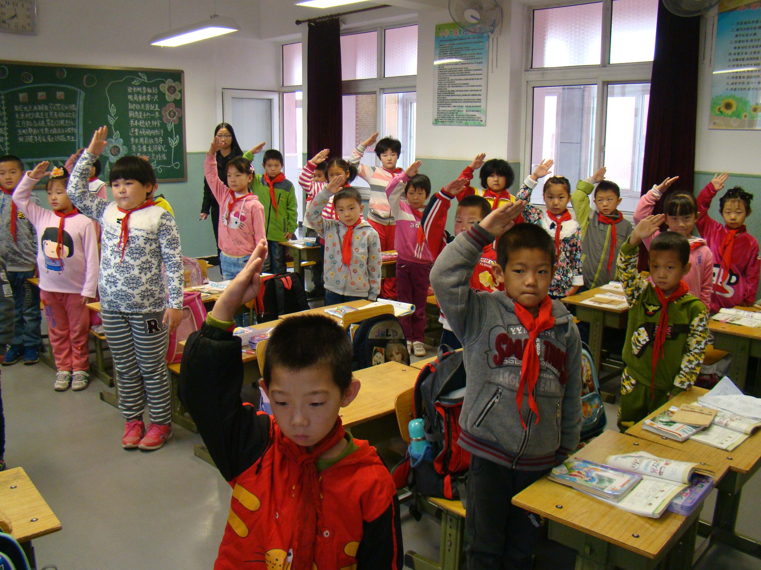 平谷区南独乐河小学生日升国旗照片