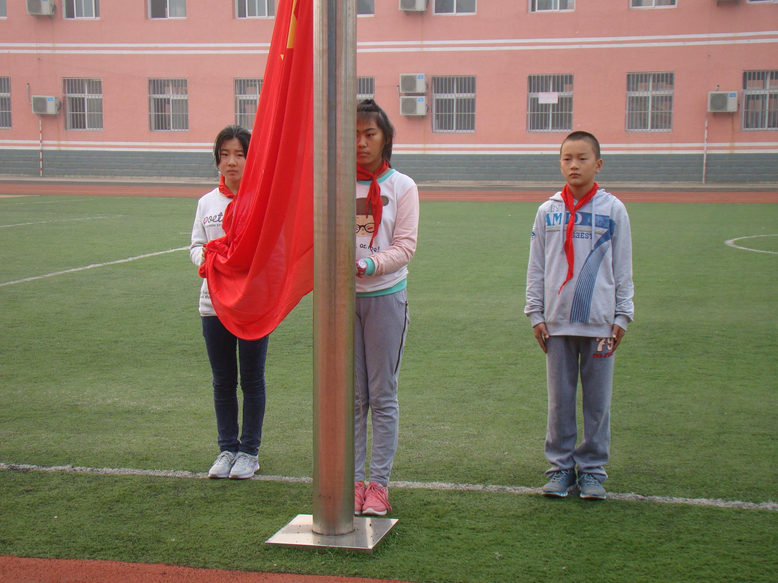 升国旗小学生