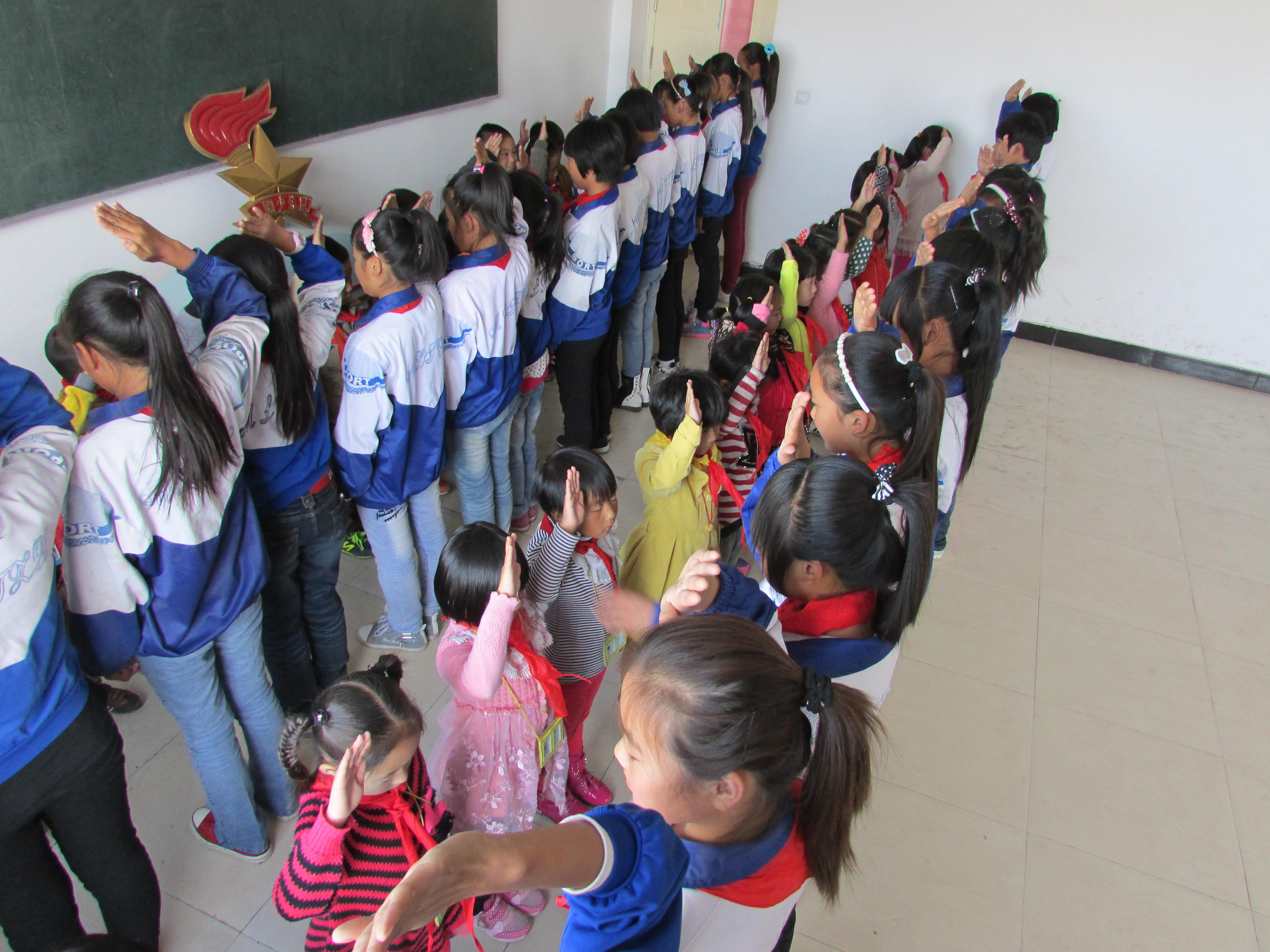 木里图学校小学部举行新少先队员入队仪式