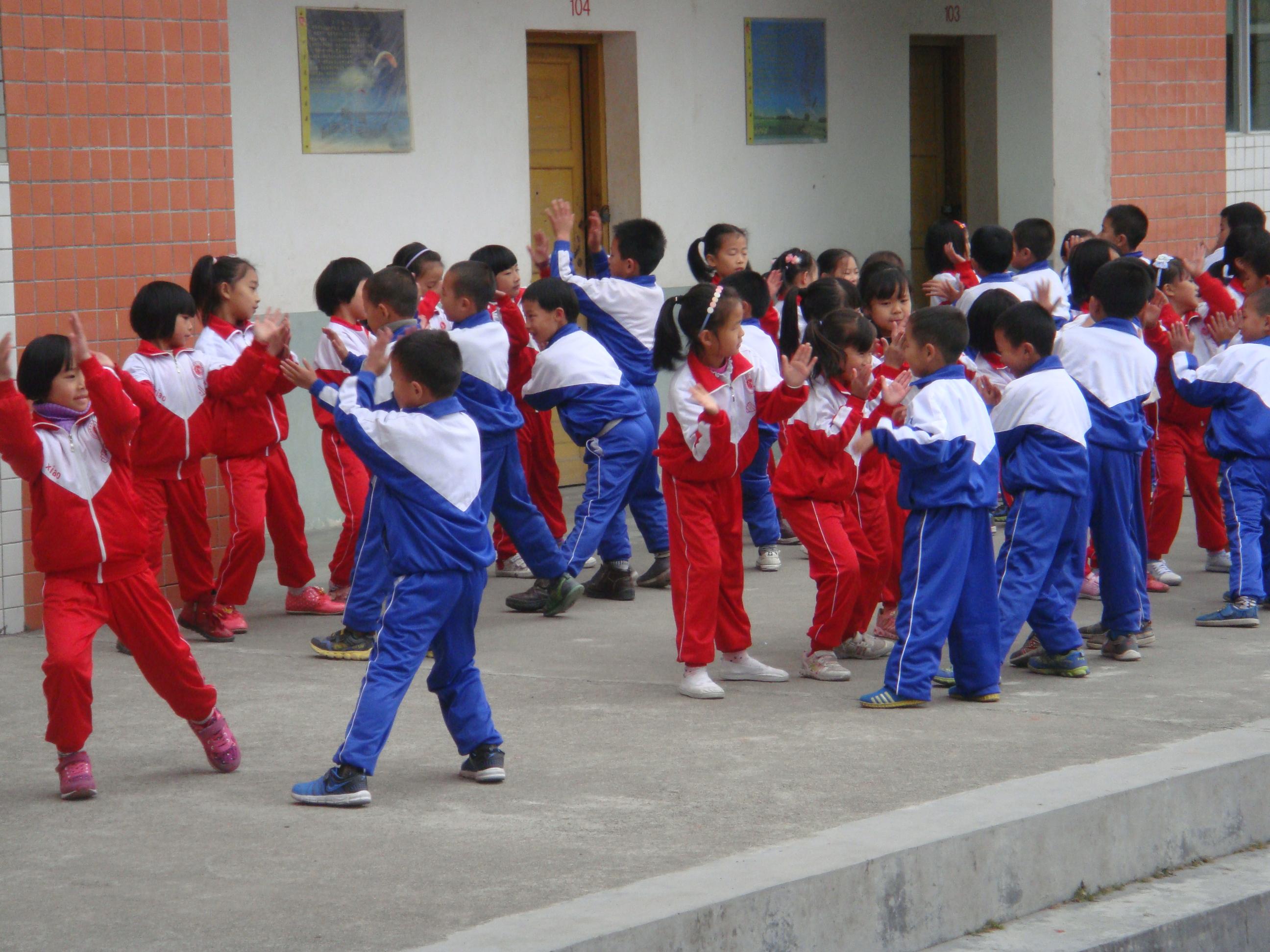 小学�y.bz(�ZJ~XZ_蛟洋中心小学校园集体舞比赛照片