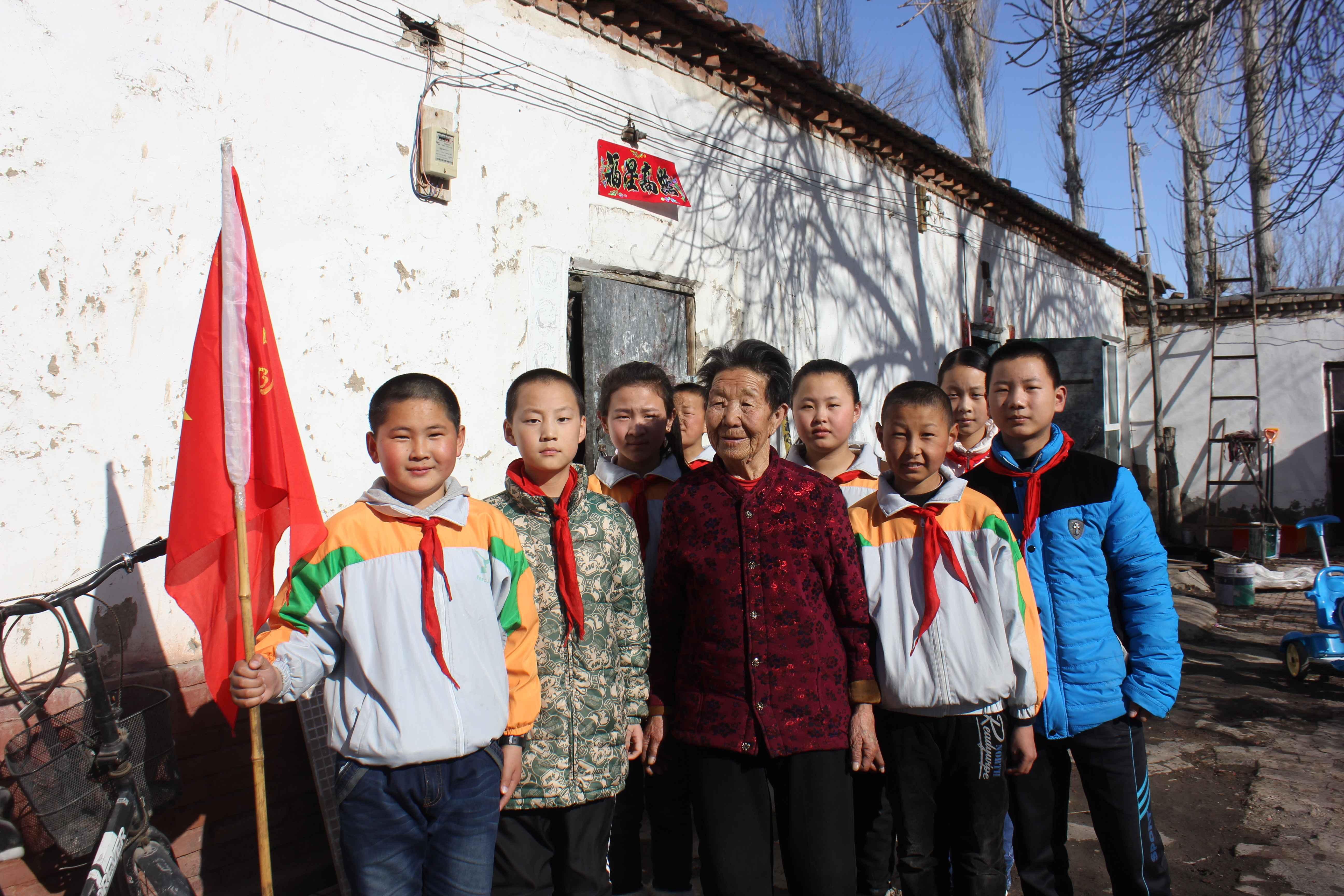 新疆塔城市二工镇中心学校组织开展学雷锋活动