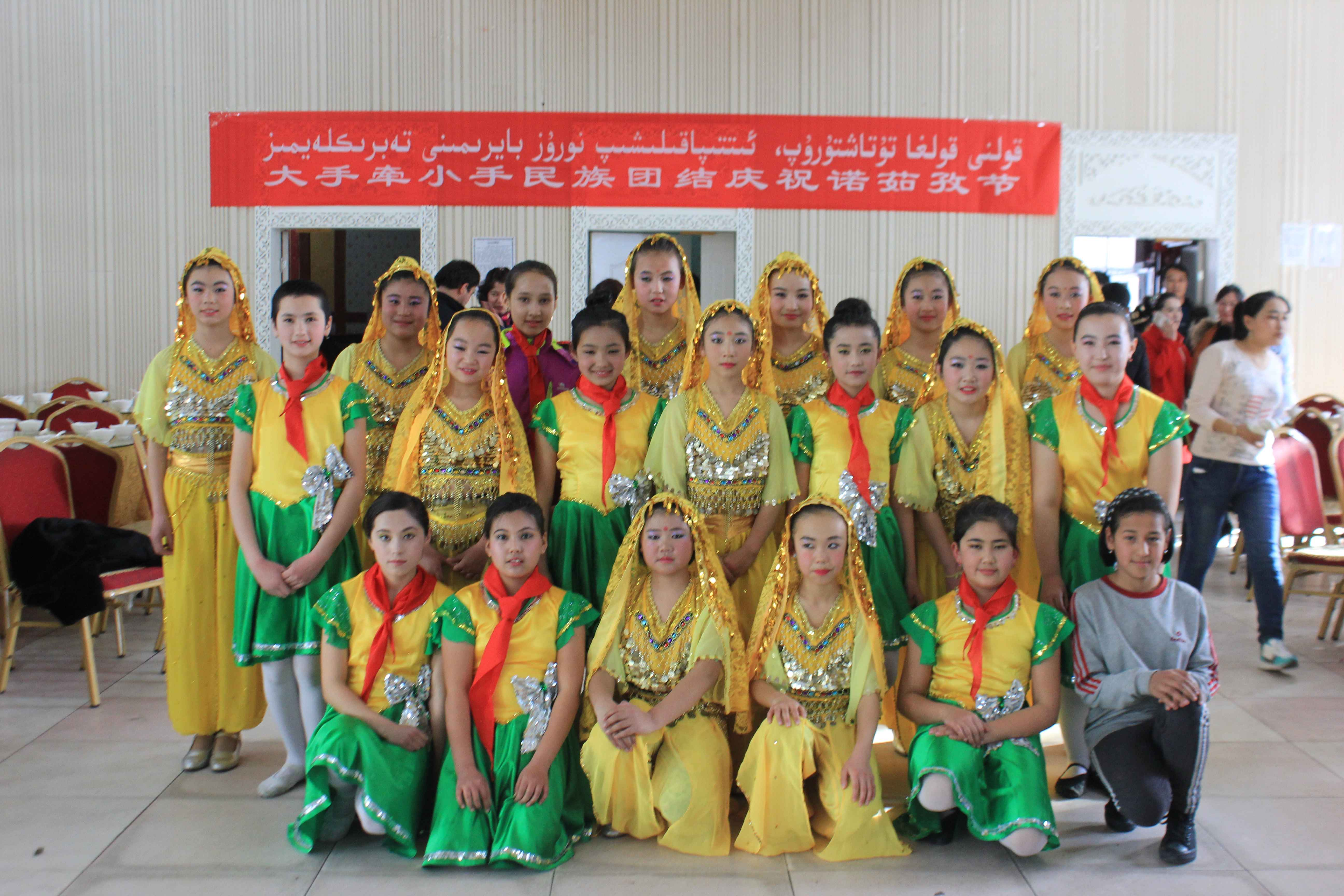 新疆塔城市二工镇中心学校与塔城市第四小学开展大手牵小手民族团结庆
