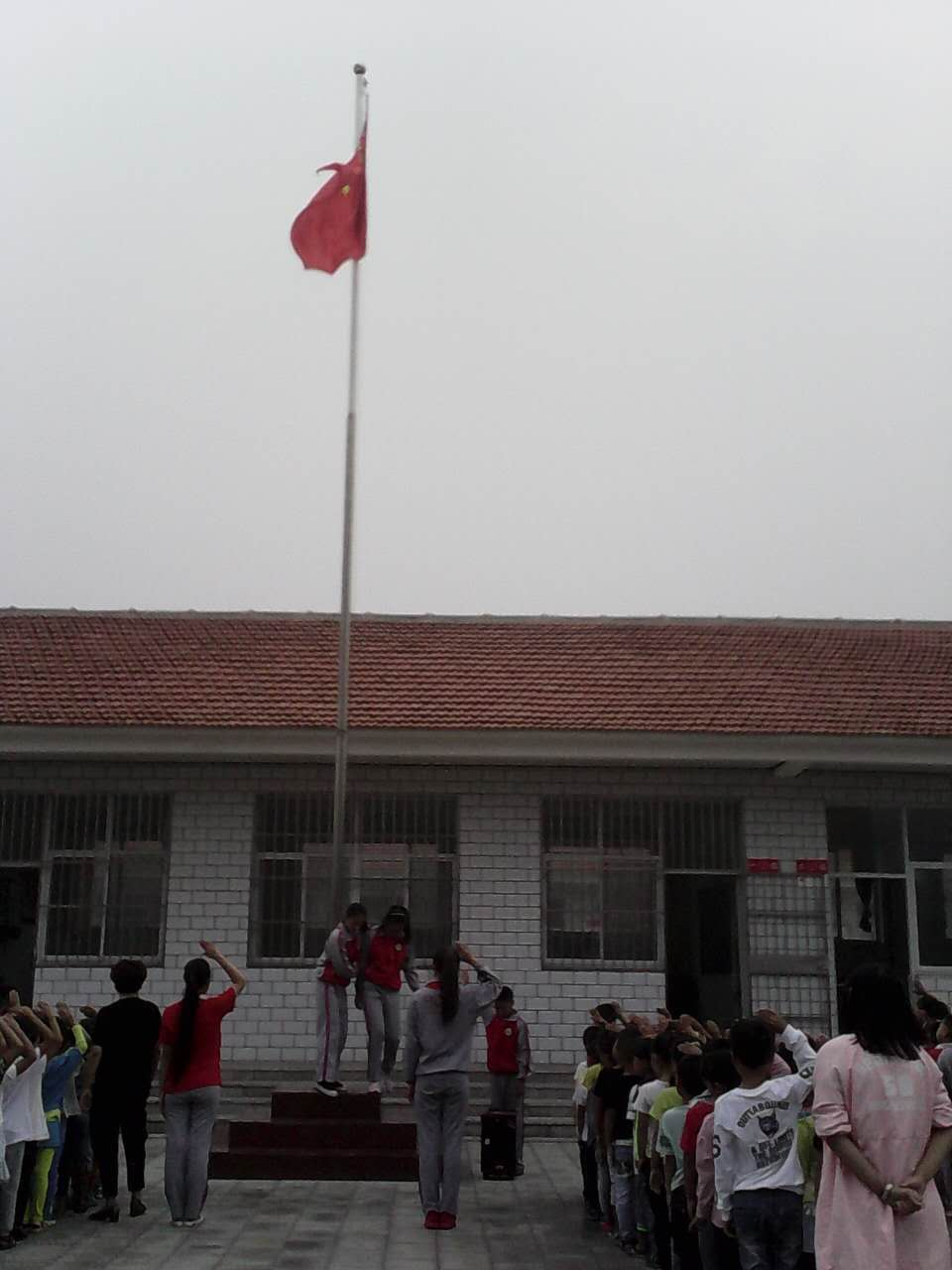 王胜武屯学校迎国庆升旗仪式图片
