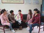 张公山三小组织师生慰问刘伟俐老师