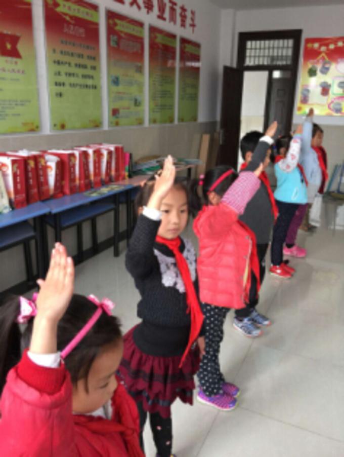 队礼高高举 领巾红红飘 长桥中心小学少总部