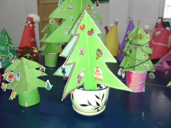 为丰富学生的学习生活,感受圣诞气息,培养学生的动脑动手能力,张台小学举行圣诞树制作比赛,并于12月25日上午进行展出。 在这次的圣诞树制作的过程,英语老师为孩子提供了多种思路,鼓励孩子敢于想象,勤于动手,细心创作出属于自己的精美作品。经过一周的筹备,同学们呈献上了自己的创意作品。