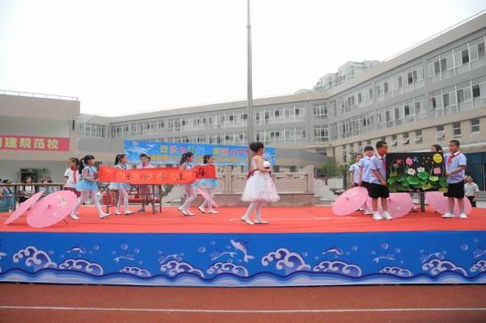 5月30日,一场主题为欢乐的浪花 美丽的梦想的六一文艺汇演在霞浦县第三小学操场上隆重举行,拉开了第二届校园文化艺术节的帷幕。   本次艺术节活动内容丰富,包括六一表彰大会、六一新队员入队仪式、文艺汇演、安全手抄报展板、优秀美术作品展示、创意美食节。此外,学校还召开了家长座谈会,开展了关爱留守儿童活动。此次活动,营造了和谐向上、健康文明的校园文化氛围和艺术教育环境,让歌声和笑声充满校园的每个角落。