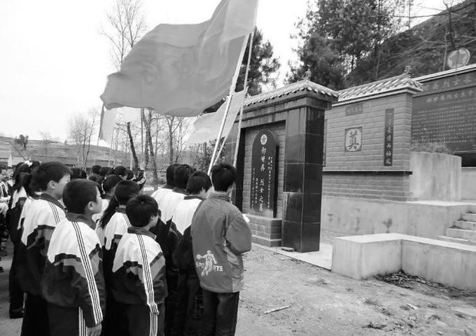 洛南县景村中学祭扫烈士墓图片