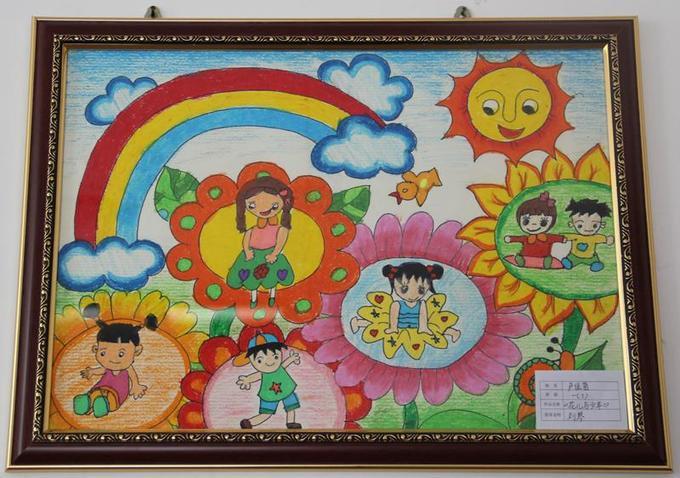 """学校举办了以""""放飞梦想""""为主题的庆六一儿童画展,为节日里的师生献上图片"""